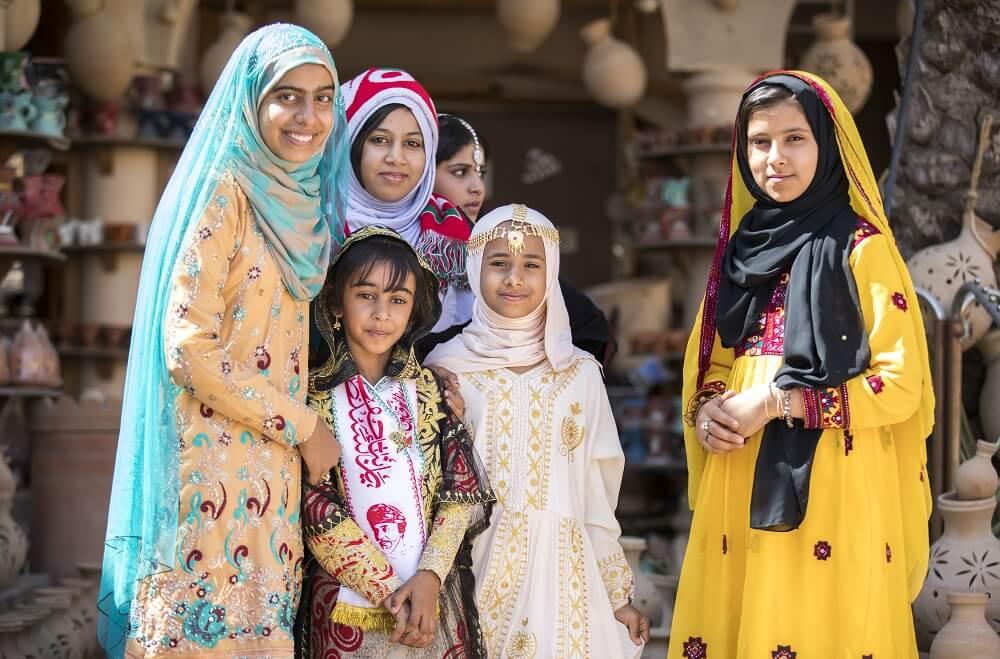 """Екскурзия Оман-живописният Персийски залив - Добавени забележителности по време на екскурзиите в  Дубай, Абу Даби и Оман; посещение на Рамката -  """"Dubai Frame'; посещение  на 'The Mall of Emirates"""", популярен с единствената  закрита ски писта в Близкия Изток! Спирка за снимки  и кафе на Палмата - 'The Pointe"""", откъдето се  открива страхотна гледка към """"Atlantis the Palm""""!  Разходка на 'Blue Water Island"""" – изкуствения остров  на който се намира """"Dubai Eye"""" най-голямото виенско  колело в света! Включено посещение на Президентския  дворец """" Qasr Al Watan"""" по време на тура до Абу  Даби! Полудневен тур на Ал Ейн с посещение на музея  на Aл Ейн - родната къща на Шейх Зайед!Еднодневен  тур на Низва и Гранд Каньон с джипове 4х4 с  посещение на древното селище Мисфат ал Абрейн и  Биркат ал Мауз! Полудневен тур на Мускат с посещение  на Голямата Джамия, Мутрах Сук, музея Баит ал Зубаир  и крепостите крепости Мирани и Джалали! Еднодневен  тур до езерото 'Wadi Shams"""" - най-голямото скално  езеро в Оман!"""
