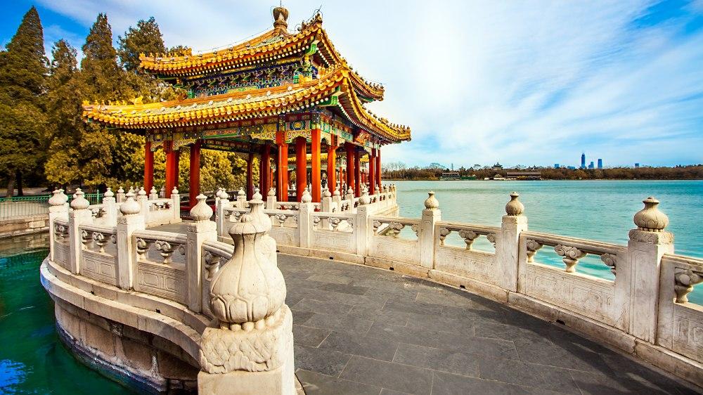 """Екскурзия Мегаполисите на Китай - Шанхай и Пекин, икономичен вариант  - Неслучайно Китай от местен език се превежда като  'Страната в центъра на света"""". Без съмнение и в наши  дни преводът обрисува съвсем точно най - многолюдната  държава в света, с една от най-древните цивилизации и  водеща световна икономическа сила. Каним ви да се  потопите в тайните на тази уникална държава, която  съчетава в себе си хилядолетна история, грандиозни  архитектурни творения от стари времена (като Великата  китайска стена, Теракотената армия), световни  изобретения на човешкия гений (като барута, компаса и  лунния календар), древни религии и медицина,  грандиозни ултрамодерни сгради и нечуван технотронен  бум."""