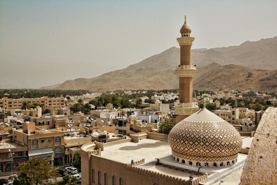 Екскурзия Оман - Оазисът на Арабския свят - Трябва да си посетил повече арабски държави, за да  усетиш колко е различен Оман. Родината на Синбад  Мореплавателя е една модерна и развиваща се страна,  която се намира до нефтените гиганти, но успява да  запази своята самобитност и достойнство. И това е така  не само защото е най-старата независима държава на  Арабския полуостров и с хилядолетна история, а защото  хората, които живеят в нея вярват, че за да оцелее  едно общество, моралът трябва да бъде определяща част  от неговото съществуване.