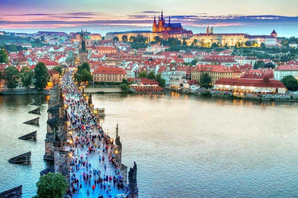 """Екскурзия Уикенд в Прага 2020 със самолет, 2 нощувки Гарантирано заминаване всяка седмица! - Наричана още """"Златна Прага"""" и """"Градът на 100-те кули"""", столицата на Чехия се слави с неповторимите си архитектура и атмосфера.Не пропускайте възможността да минете по """"Пътят на чешките крале"""" , да видите прочутите карловските Колонади до Карлови вари , да се разходите из изключителното красивите улички на гр.Дрезден – Германия и да завършите това пътуване с едно романтично плаване по р.Вълтава с чаша аперитив в ръка под звуците на нежни италиански калцонети....."""